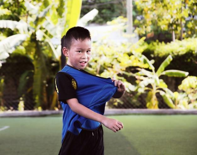 Kid voetbal praktijk boren met kegels. voetbaloefeningen: slalom drill. jonge voetballers die op hoogte opleiden