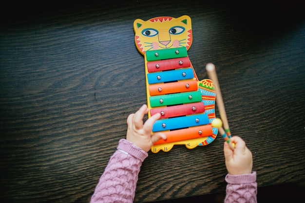 Kid xylofoon spelen