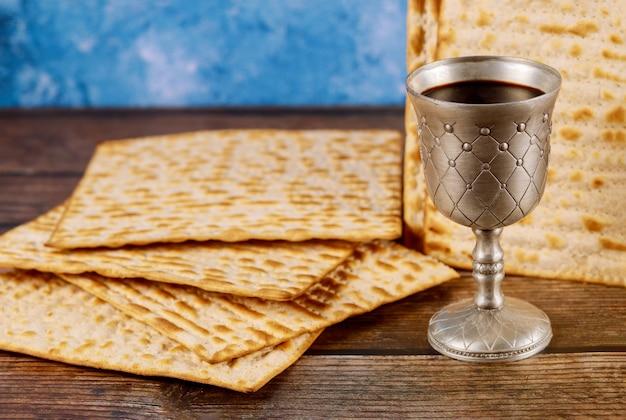 Kiddush kopje wijn met matzos brood. joodse pesah-vakantie.