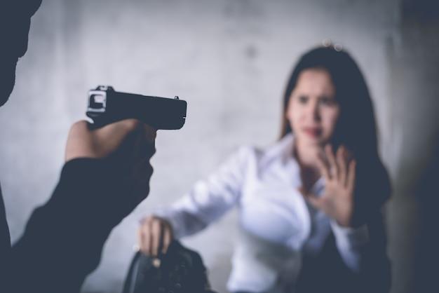 Kidnapper of rover dwingen vrouw om handtassen of zak van vrouw te nemen