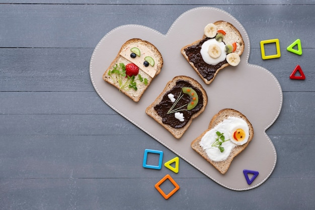 Kids food art sandwiches achtergrond, grappige gezichten en bloemen