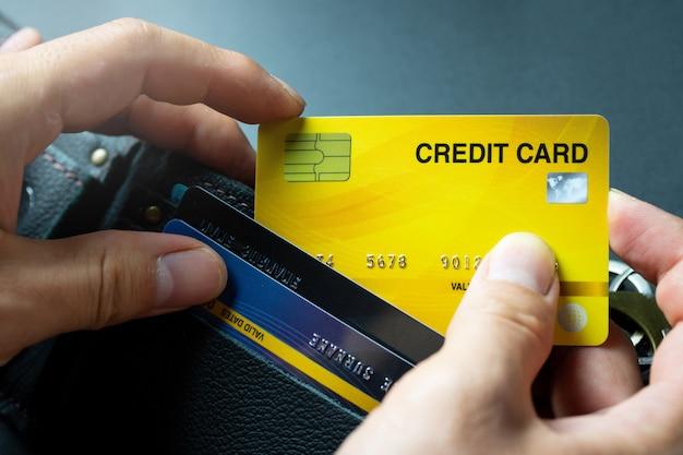 Kies gele creditcard uit portefeuille achtergrond