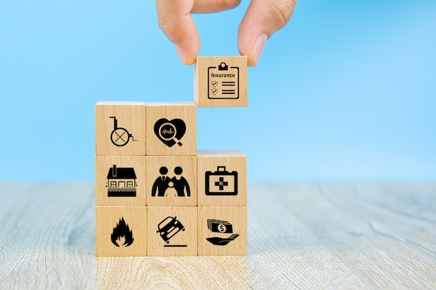 Kies hand verzekering pictogram op houten blokken met potection pictogram