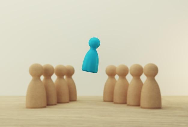 Kiest blauw mensenmodel uitstekend uit de menigte. human resource, talent management, recruitment medewerker, succesvolle zakelijke teamleider