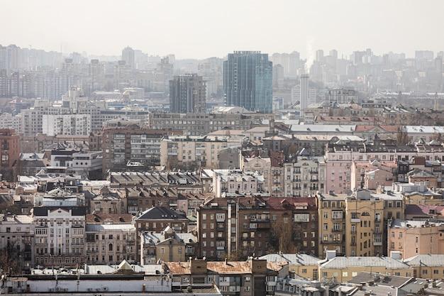 Kiev, oekraïne - 01 april 2020: luchtfoto van de daken en straten van de stad kiev. oude en moderne architectuur van het stadscentrum van kiev. uitzicht vanaf parus business center