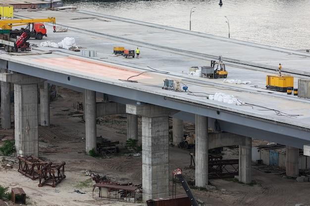 Kiev, oekraïne - 04 juni 2019: bouw van de podolsky-brug in kiev. aanleg verkeersader. bouw van de brug over de rivier