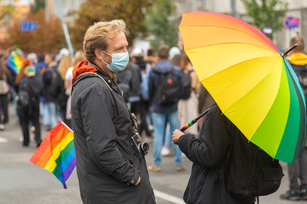 Kiev, oekraïne - 09.19.2021: lgbtq-gemeenschap op de pride parade. deelnemers aan de mars communiceren met elkaar tegen de achtergrond van de menigte.