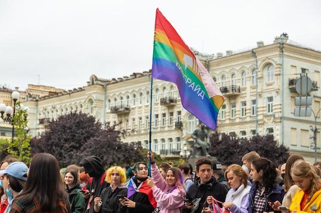 Kiev, oekraïne - 09.19.2021: lgbtq-gemeenschap op de pride parade. deelnemers aan de mars lopen door de straten van de stad met een regenboogvlag. een menigte jonge mensen.