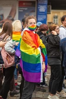Kiev, oekraïne - 09.19.2021: lgbtq-gemeenschap op de pride parade. het meisje is tijdens de mars gewikkeld in een regenboogvlag.