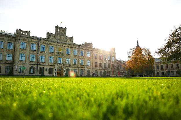 Kiev, oekraïne - 12 oktober 2019: nationale technische universiteit van oekraïne. kiev polytechnisch instituut. groen gras gazon.