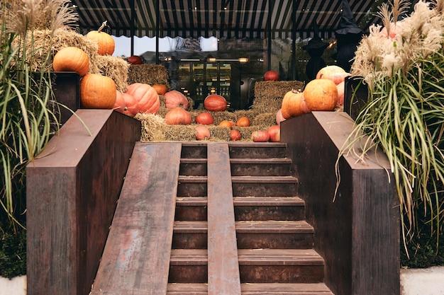 Kiev, oekraïne - 20 oktober 2020. decoratieve pompoenen op de boerderijmarkt staan op hooischoven. thanksgiving-vakantieseizoen en halloween scary-decoraties met zwarte heksen. truc of traktatie voor kinderen.