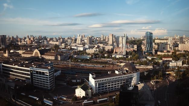 Kiev, oekraïne - 25 augustus 2021: luchtfoto van de skyline van de stad kiev, het stadsbeeld van kiev, hoofdstad van oekraïne. centraal station. bovenaanzicht panoramische foto.