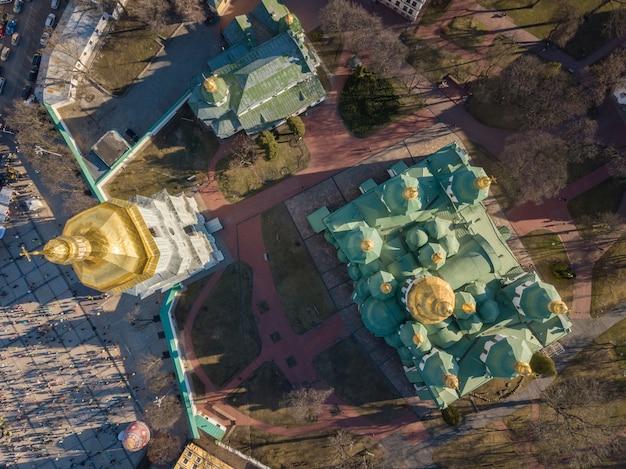 Kiev, oekraïne: luchtfoto bovenaanzicht van de kathedraal van st. sophia in de buurt van het paasei en veel mensen. drone fotografie