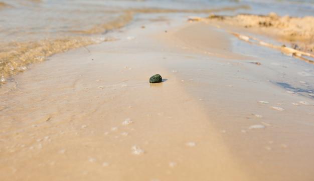 Kiezel op een strand met de zee