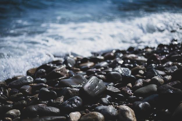 Kiezelstenen bij de zee