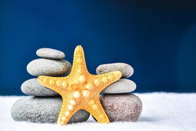 Kiezelstenen stapel met zeesterren, balans, piramide van stenen voor meditatie