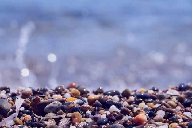 Kiezelstrand aan de kust van kreta aan de egeïsche zee.