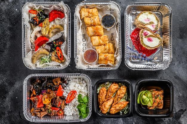 Kiezen om eten mee te nemen. loempia's, dumplings, gyoza en dessert in lunchbox. neem en ga biologisch voedsel. thais en aziatisch traditioneel eten. .