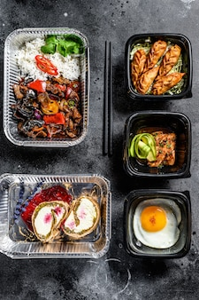 Kiezen om eten mee te nemen. loempia's, knoedels, gyoza en woknoedels in doos. neem en ga biologisch voedsel. witte achtergrond. bovenaanzicht.
