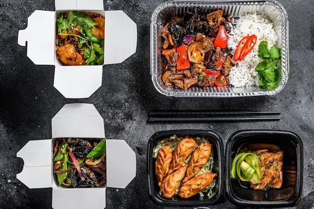 Kiezen om eten mee te nemen. loempia's, knoedels, gyoza en woknoedels in doos. neem en ga biologisch voedsel. .