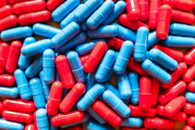 Kiezen tussen twee opties is moeilijk, veel rode en blauwe pillen gemengd om te kiezen welke te nemen.