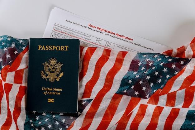 Kiezerregistratie aanvraag voor presidentsverkiezingen in de vs met paspoorten van de verenigde staten op de vlag van de vs.