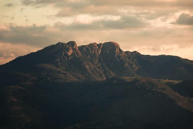Kijk aiako harriak drie toppen op een natuurpark in baskenland.