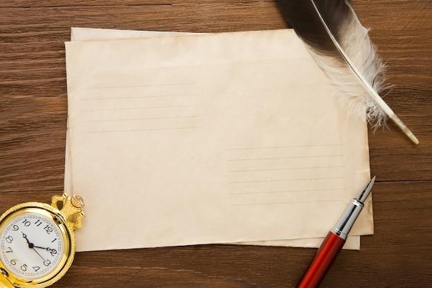 Kijk en inkt pen op envelop op vintage houtstructuur