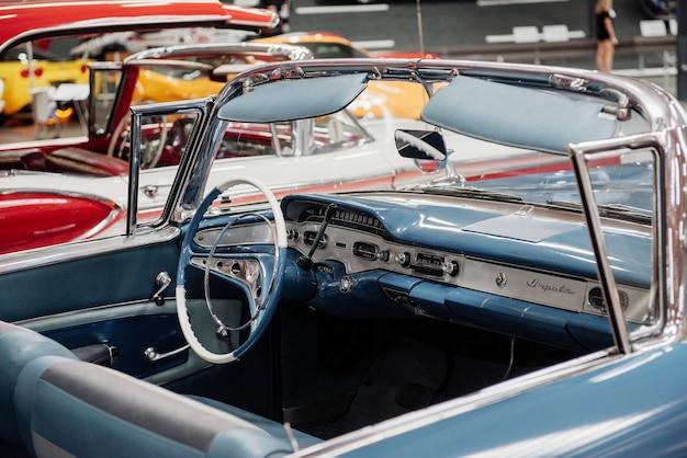 Kijk goed naar de blauwe retro-auto met vintage design