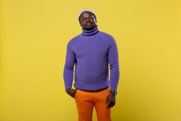 Kijk me aan. afrikaanse freelancer kleurrijke kleding dragen en permanent op gele achtergrond