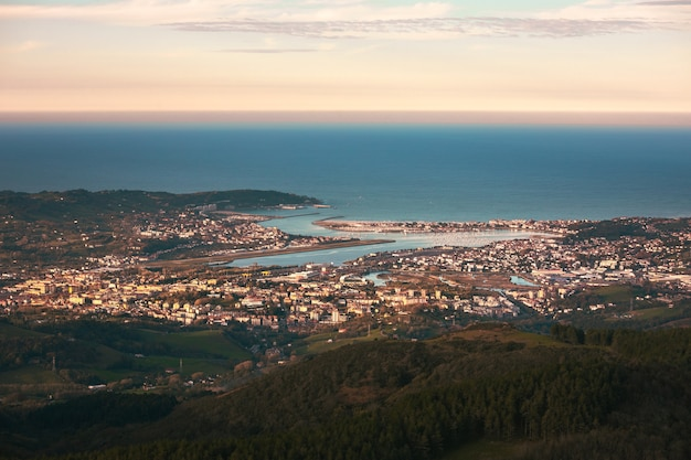 Kijk naar de bidasoatxingudi-baai met de drie steden die het vormden irun hondarribia en hendaia in baskenland