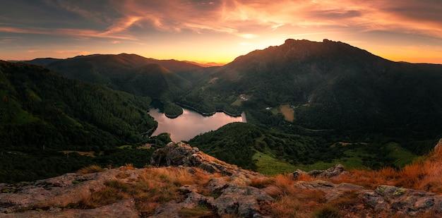 Kijk naar de endara-dam en de drie toppen van aiako harriak in het natuurpark in baskenland.