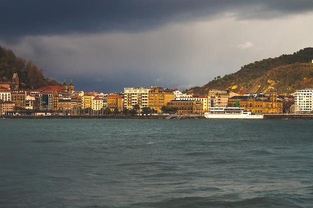 Kijk naar de kustlijn van donostia san sebastian in de baai van la concha, baskenland.