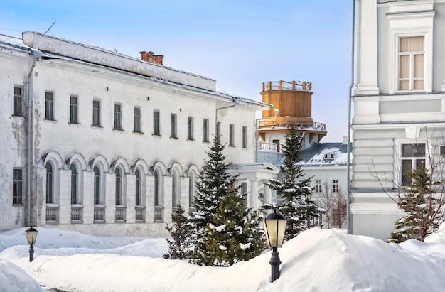 Kijk naar het observatorium van de universiteit van kazan in de vroege winterochtend