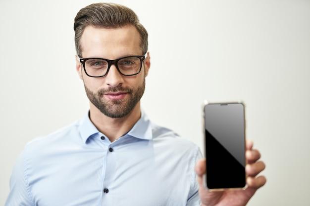 Kijk naar het scherm van de moderne gadget kopieerruimtefoto