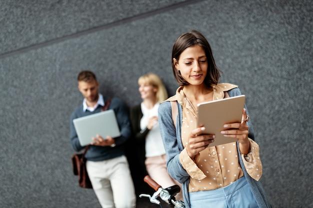 Kijk naar jonge zakenmensen die buiten werken, brainstormen. technologie concept
