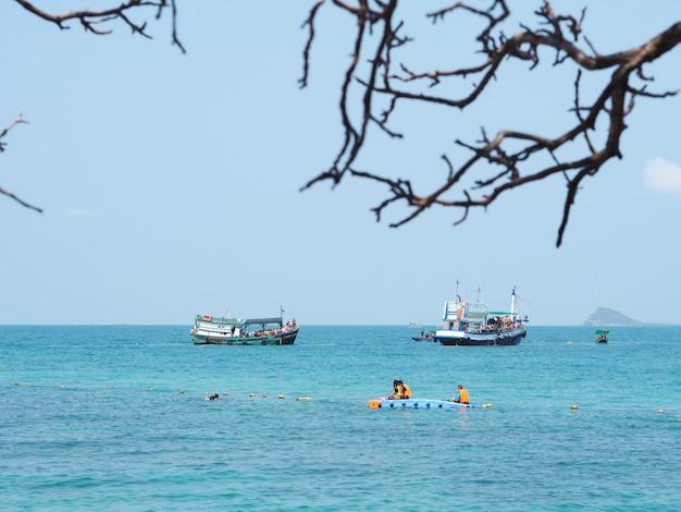 Kijk naar passagiersschepen die op de zee drijven en toeristen snoeten