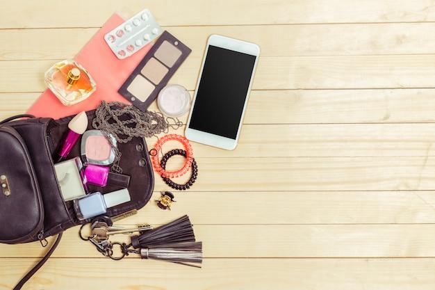 Kijk op vrouwen tas spullen op houten
