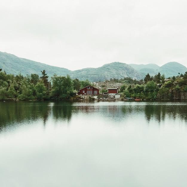 Kijk over het meer bij eenzame hutten aan de kust