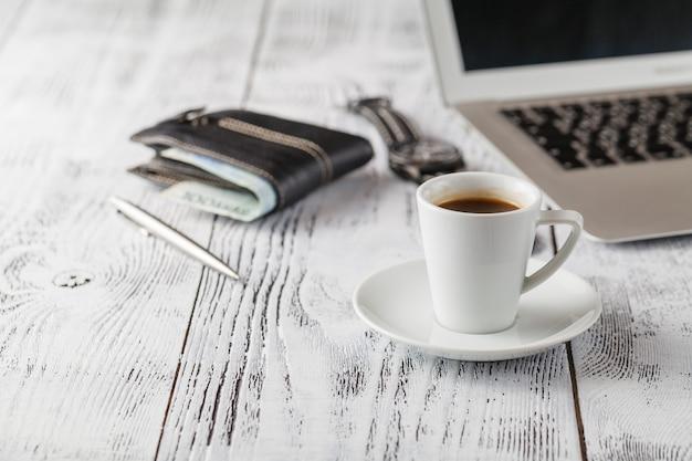 Kijk, pen en kopje koffie op de tafel