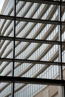 Kijk uit een raam naar het hilton branson congrescentrum in branson, missouri