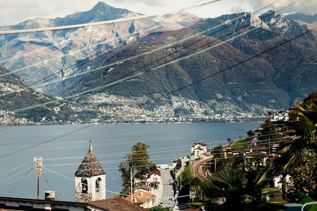 Kijk van boven naar de oude stad op de bergen