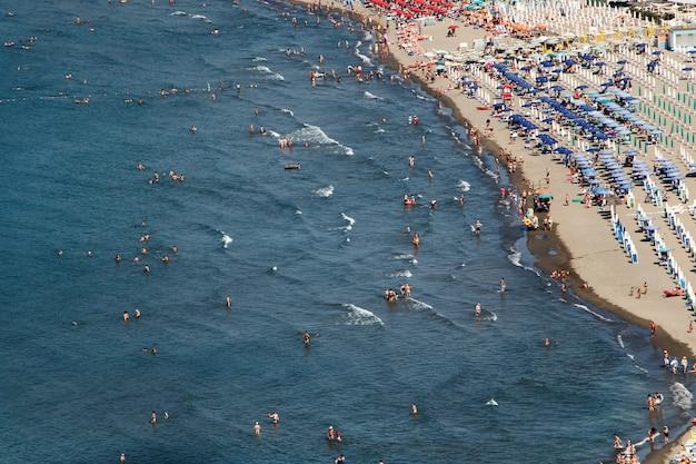 Kijk van boven naar mensen die op een gouden strand rusten