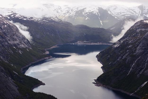 Kijk van bovenaf naar het water in de fjord