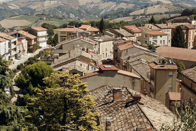 Kijk van bovenaf naar rode daken van het oude italiaanse stadje