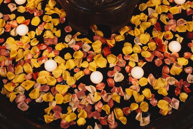 Kijk van bovenaf naar witte brandende kaarsen die zweven
