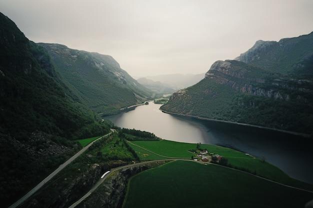 Kijk vanaf boven bij de rivier die door de fjorden loopt