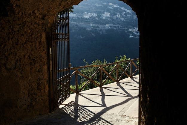 Kijk vanaf de buitenkant naar de poorten van het prachtige landschap