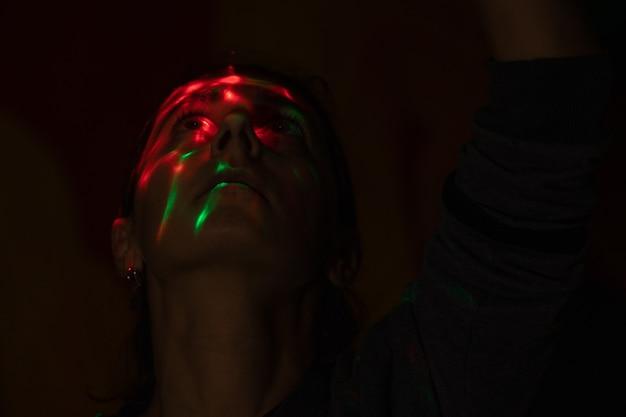 Kijk vanuit de donkergekleurde schittering van de lamp op het gezicht mysterieus gezicht