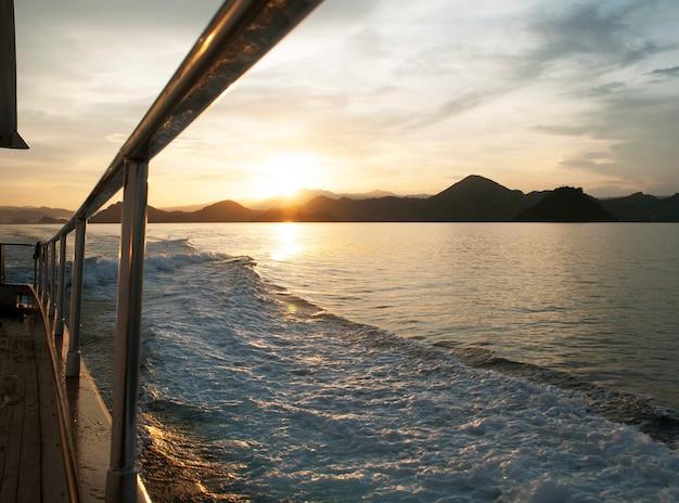 Kijken naar de zonsopgang op een jacht.